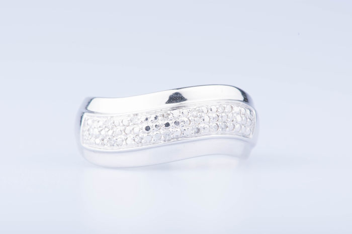 18 kt white gold ring, 10 diamonds approx. 0.010 ct Size: EU: 56 US: 7 1/4