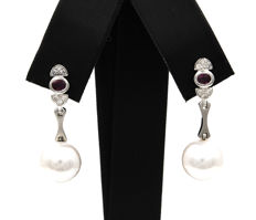 Earrings with diamonds: of 0.20 ct in total – Rubies of 0.60 ct – South Sea pearls of 10.70 mm (approx.)