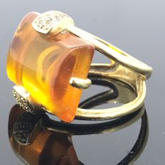 Ring in 18 kt gold with amber, 13 mm x 18 mm x 0.5 cm