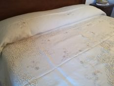 Double bedspread of linen with lace and embroidery