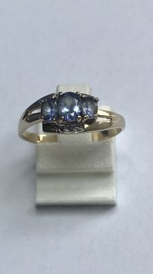 Gold ring with 3 topazes. Ring size 18 (57)