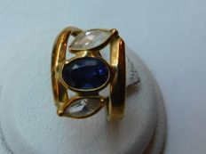 Ring in 18 kt gold with stone – inner dimensions: 17.7 mm