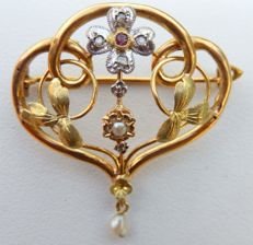 Three-gold brooch (18 kt, yellow, green and white), rubies, diamonds and pearls