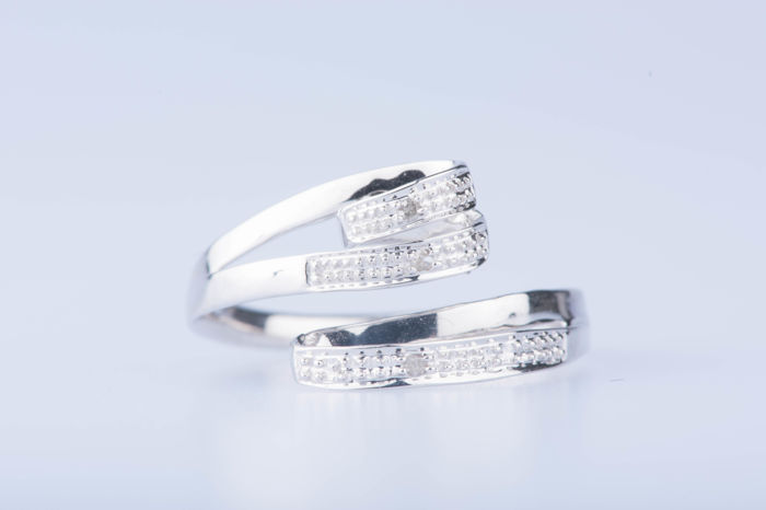 18 kt white gold ring with 3 diamonds of approximately 0.03 ct in total; Size: EU: 53 US: 6 1/4