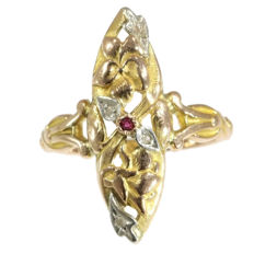 French Art Nouveau tri-coloured gold 'fleur-de-lis' or 'iris flower' ring with diamonds and a ruby, anno 1900, Reduced price
