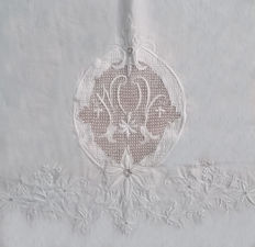 Luxurious bed sheet set, sheets of fine linen thread. Large filigree of lace embroideries. Spain of the 19th century.