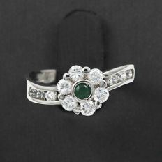 18 kt gold ring with 0.9 ct of diamonds and round cut emerald. Inner ring diameter: 17.8 mm (adjustable)