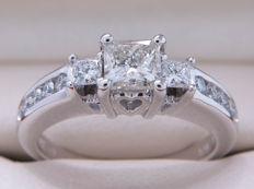 Certified gold diamond entourage ring with 0.90 ct, main stone 0.52 ct - **No Reserve price**