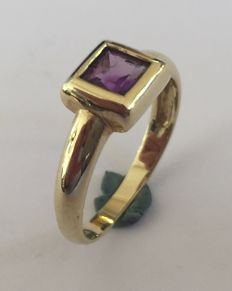 Gold ring with an amethyst stone