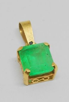 18 kt gold pendant with 1.60 ct emerald