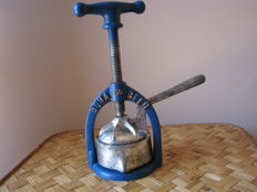 "Old cast iron citrus press ""Bona Beer"""