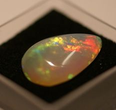Opal , greyish white with play of colour- 4,62ct