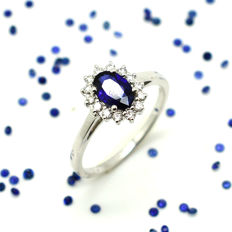 18 kt gold ring with sapphire and brilliant cut diamonds, totalling 1.00 ct – Size 15 / 55