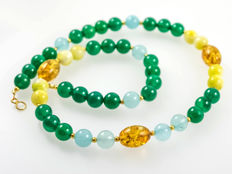Chrome diopside necklace with pale blue and pale green nephrites and amber, 18 kt yellow gold clasp, 46 cm long