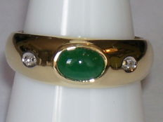14 kt yellow gold ring with cabochon cut emerald (0.75 ct) and 2 diamonds (0.04 ct) - ring size 18 mm