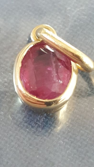 18 kt gold pendant with ruby - dimensions: 10 x 6 mm