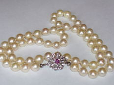 Sweet water pearl necklace with 14 kt white gold clasp with 1 ruby (0.25 ct), length 50.5 cm.