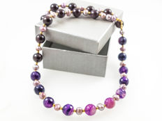 Madagascar agate and garnet necklace with Lavender pearls, 18 kt yellow gold clasp, 51 cm long