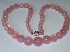 Necklace of rose quartz with 14 kt white gold clasp, length 42.50 cm.
