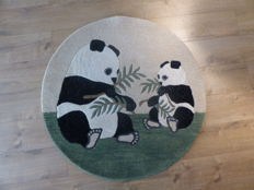 Round rug in pure tufted wool handmade with mother panda and her young, 20th century, new, origin India