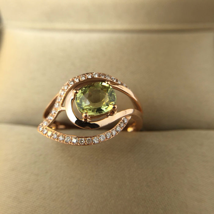 Golden emeralds, diamonds, 18K gold rings. Alexandrite weighs: 1.01 ct. Diamond 0.17 ct. - diameter 16.6 mm*** no reserve price ***