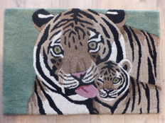 Rug in pure tufted wool handmade with mother tiger and her young, 20th century, new, origin India