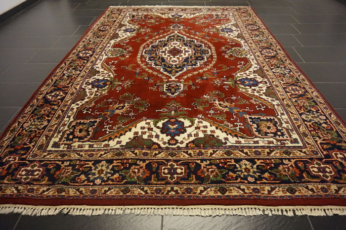 Nice hand-knotted oriental Ghom carpet with medallion, 207 x 288 cm, made in India