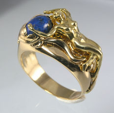 18 kt (750/1000) yellow gold women's ring - Sculpture of a woman with natural blue lapis lazuli stone. Used, but in excellent condition.