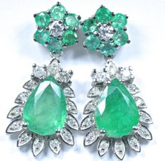 18 kt white gold earrings set with emeralds and diamonds.  Total: 2.40 ct. Length: 21 mm. No reserve price.
