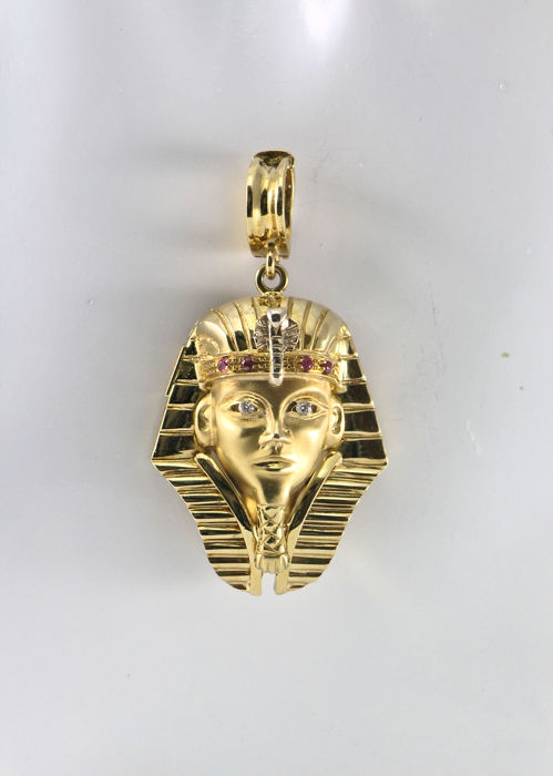 'Egyptian Sphinx' pendant in yellow gold (750/1000) with two diamonds totalling 0.04 ct and four rubies totalling 0.04 ct. Length 30 mm + bail 15 mm, for a total of 45 mm.