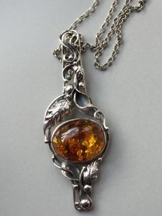 Silver vintage necklace with a floral motif pendant set with amber from Russia