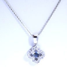 14 karat white gold necklace with 16 brilliant cut diamonds, 0.16 ct and a sapphire, 45 cm.