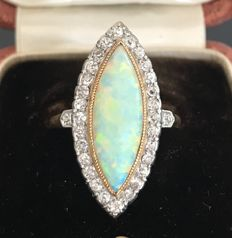 Old jewellery ring in two-tone 18 kt gold with an opal surrounded by diamonds (4.9 ct), in its Ghiso case.