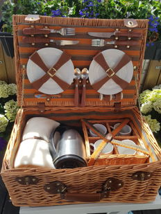 Nostalgic picnic basket for the classic car