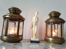 "Beautiful sculpture ""Greek goddess"" signed A. Santini and two brass sanctuary lamps with cut glass - 20th century"