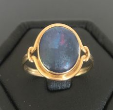 18 kt yellow gold ring, centred with a black opal from Australia of 2 ct