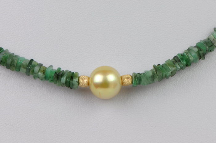 Necklace consisting of square emeralds and South Sea pearl 585 yellow gold; length: approx. 45 cm including clasp.