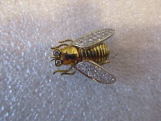 Two bee brooch, 18 kt gold and 1.9 ct of white diamonds.