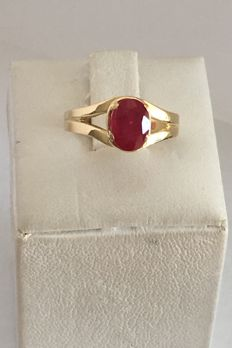Ring in 18 kt yellow gold with oval-cut blood red, transparent ruby of 1.20 ct. Ring diameter :17 mm