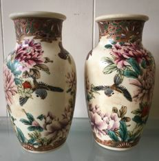 Two Satsuma Yasuda vases with polychrome décor – Japan – Late Meiji period (1868-1912)