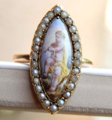 18 kt yellow gold ring with delicate pearls and a cherub painted on enamel.