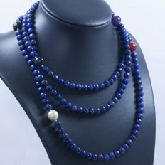 18 kt/750 yellow gold – Long necklace with lapis lazuli and multi gemstones – Length: 121 cm.