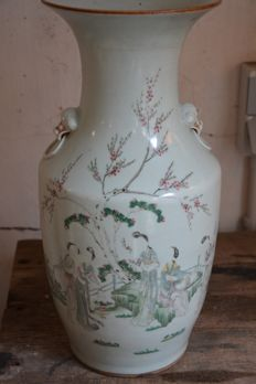 Famille rose vase with a decor of ladies - China - ca. 192/30 (Republic period)