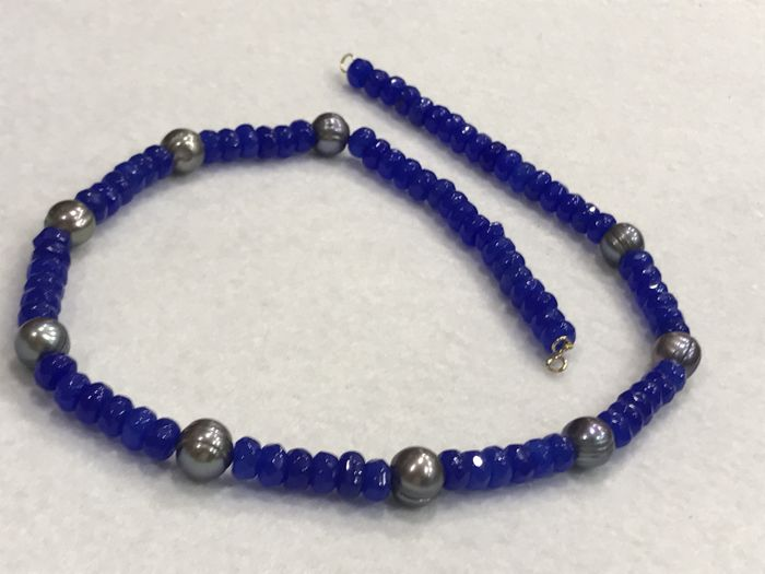 Necklace with sapphire and gray pearls, with 18 kt gold. 48 cm