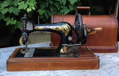 Singer 28 sewing machine with original wooden dust cover, 1904