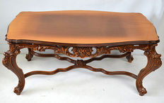 Walnut coffee table in Baroque style, Italy, 20th century.