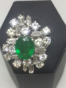 18 kt gold ring with 2.40 ct round brilliant and baguette cut diamonds (colour G/VS1) and 1 central emerald weighing 1.20 ct – Size 14