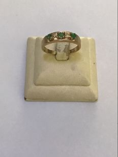 14 kt Yellow gold band ring set with diamonds and emerald.  0.19 ct in total - size 18