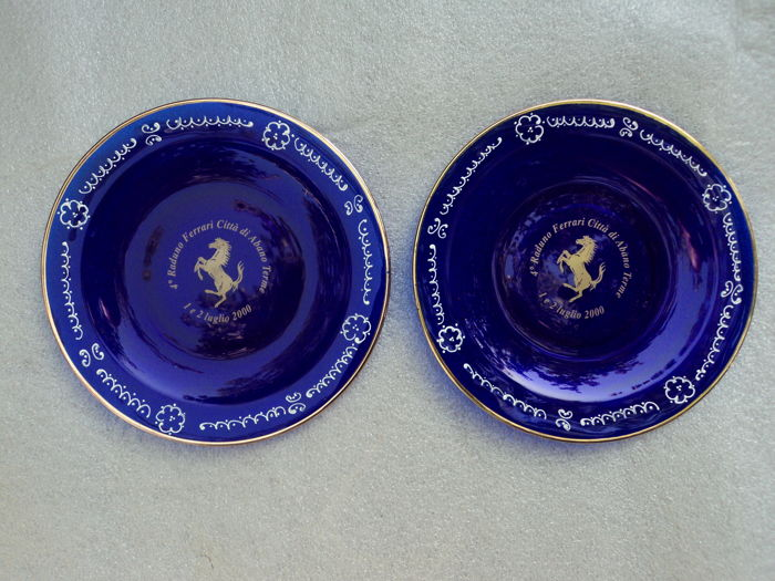 Pair of decorative plates, commemorative of Ferrari rally year 2000
