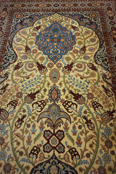 A fine Persian palace carpet, China Isfahan cork wool with silk shine, end of the 20th century, 135 x 210 cm